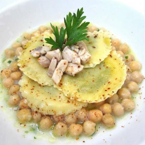 Panzerotti di pasta ripieni di palamita su zuppa di ceci