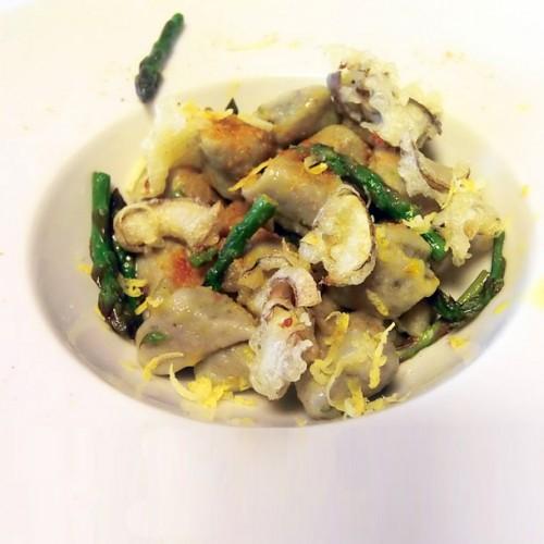 Gnocchi di patate  con asparagi, carciofi in tempura e bottarga di tonno
