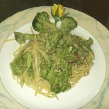 Linguine ammollicate con roselline di broccoli e acciughe.
