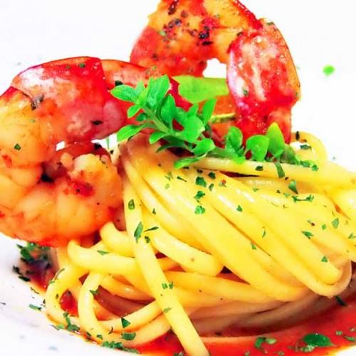 Linguine con gamberi su gazpacho di datterini