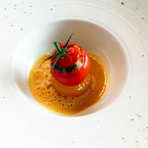 Scrigno di pomodoro con scampi su tuorlo marinato