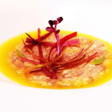 Scampi di Mazara su texture di acqua di datterini gialli tiepida