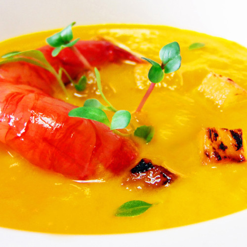 Gambero rosso di Mazara e ananas grigliato, su crema di carote e zenzero