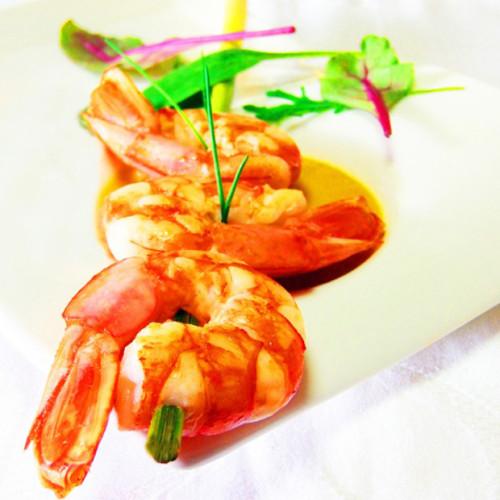 Spiedini di gamberoni rossi e lemongrass su salsa di pomodoro in thai style