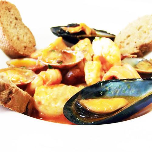 Zuppa di pesce alla napoletana, con scorfano e frutti di mare