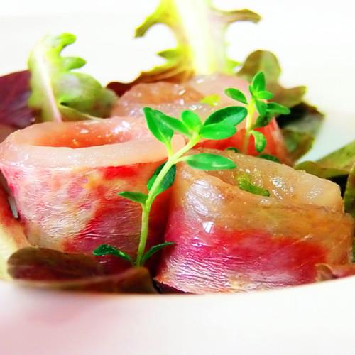 Triglia marinata con liquirizia e misticanza di foglie di quercia, barba del frate e foglie di rabarbaro