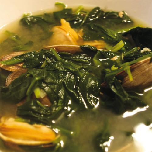 Zuppa di vongole e spinaci, in brodo di acciughe