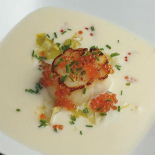 Capesanta grigliata, con crema di cavolfiore, patate e porri