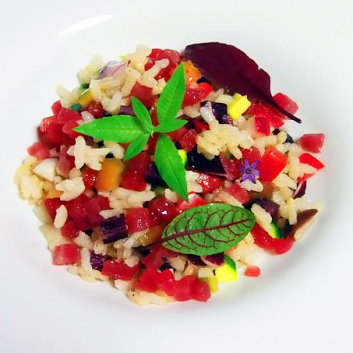 Insalata di riso agrodolce con verdure crude e tonno rosso