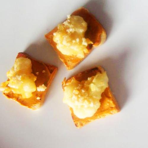 Tartine con patè di ventresca e scampetti in tempura