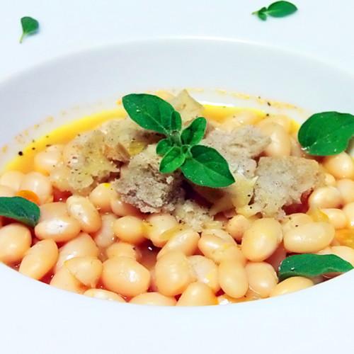 Zuppetta di fagioli Tondini in fondo di acciughe e acqua di pomodoro