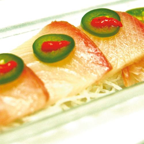 Sashimi di ricciola con salsa piccante e jalapenos
