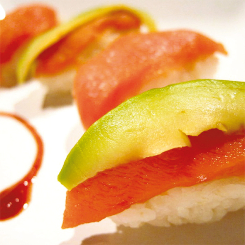 Nigiri sushi all'italiana, con salmone affumicato e avocado