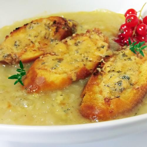 Zuppa di cipolle, con pane alle acciughe