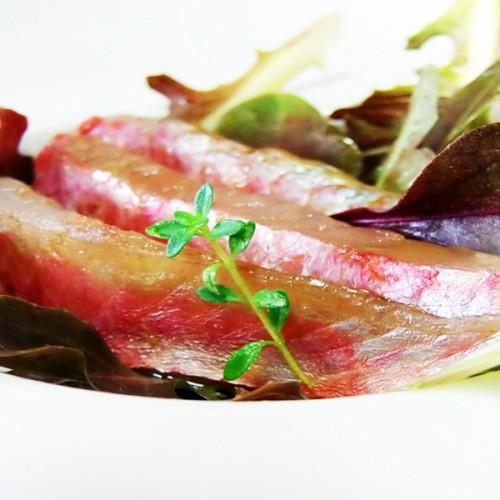 Sashimi di triglie rosse di scoglio con suggestioni ligure