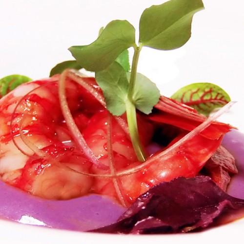 Crudo di gamberoni rossi di Mazara, su crema di patate viola