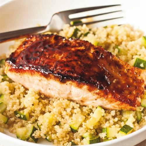 Salmone al wok, al profumo di limone, con quinoa e zucchine