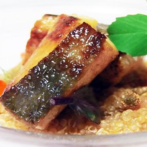 Tataki di pesce san Pietro con quinoa e uova di salmone