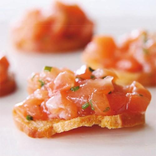 Tartine di pane croccante con tartare di salmone