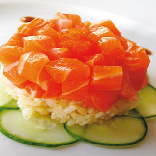 Tartare di salmone con riso al vapore e zucchine