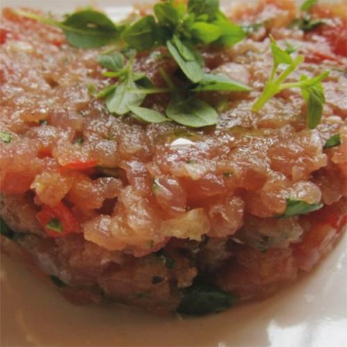 Tartare di tonno con pomodoro e basilico