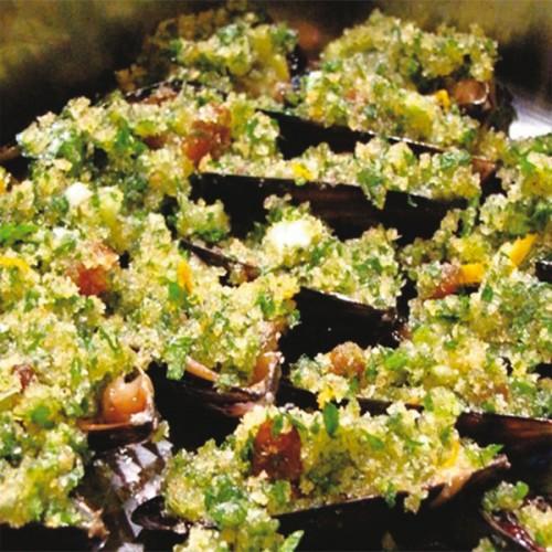 Cozze gratinate con pane, pecorino e basilico