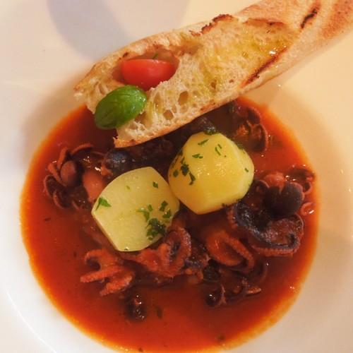 Polpo in guazzetto di pomodoro, con pane all'aglio