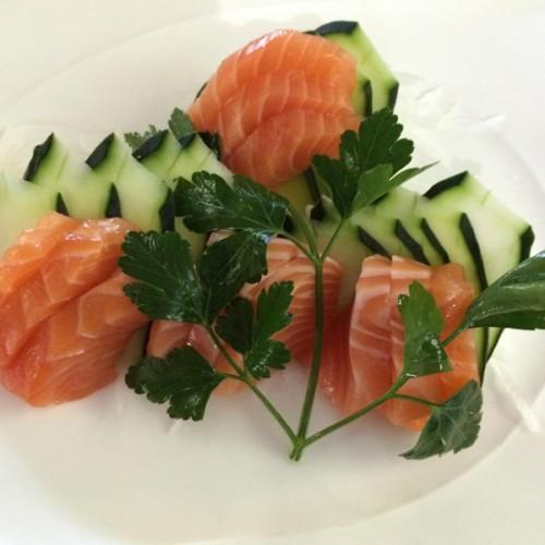 Sashimi di salmone con cetrioli, all'aceto di riso