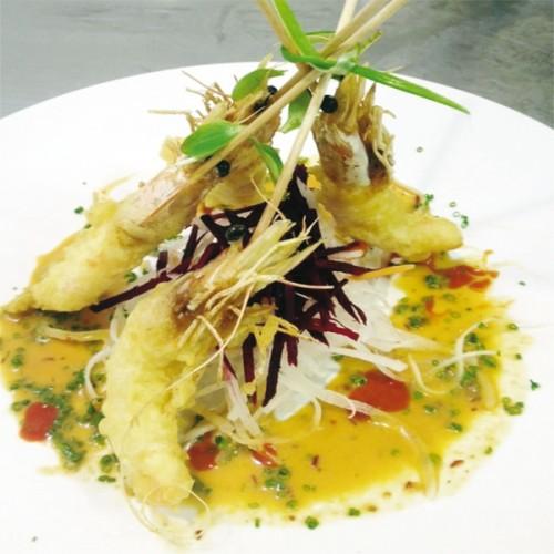 Spiedini di scampi in tempura su salsina al curry