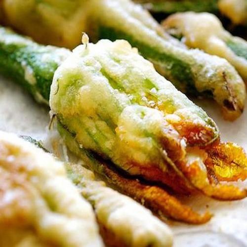 Fiori di zucca in tempura ripieni di mozzarella di bufala e alici