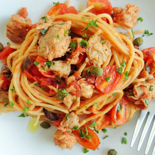 Spaghetti con tonno fresco in olio-cottura, capperi, olive e pomodorini