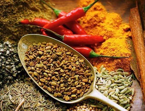 Spezie ed erbe aromatiche per una cucina con poco sale