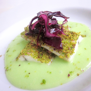 Filetto di spigola al pistacchio e cavolo rosso croccante