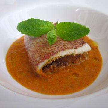 Pagello farcito su salsa di peperoni rossi alla menta