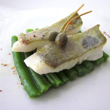 Filetto di pesce san pietro su letto di fagiolini e capperi