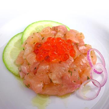 Tartare di trota salmonata al limone e cipolla con caviale di salmone*