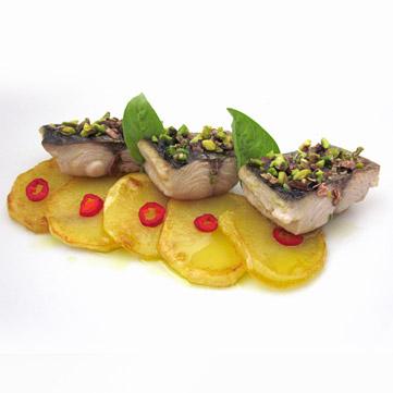 Filetti di palamita al pistacchio su patate piccanti