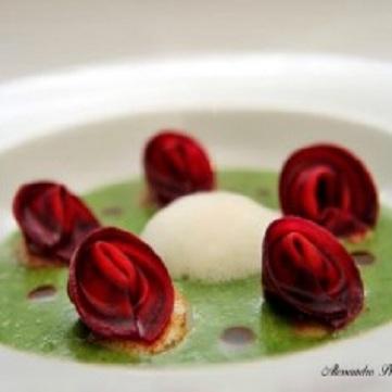 Cappelletti di rapa rossa alle canocchie e lime, crema di spinaci, capesante, coriandolo e aria di mare