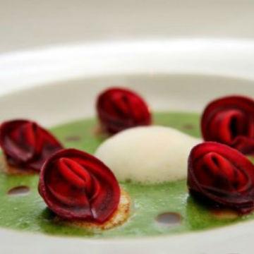 Cappelletti di rapa rossa alle canocchie e San Marzano confit, crema di spinaci, cappesante e aria di mare