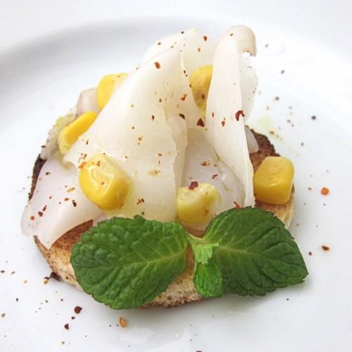 Carpaccio di seppia con mais su crostino di pane