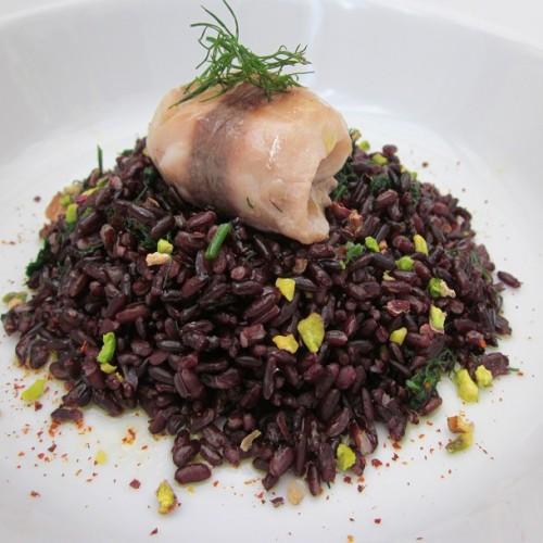 Involtino di sugarello su riso venere al pistacchio, peperoncino e aneto