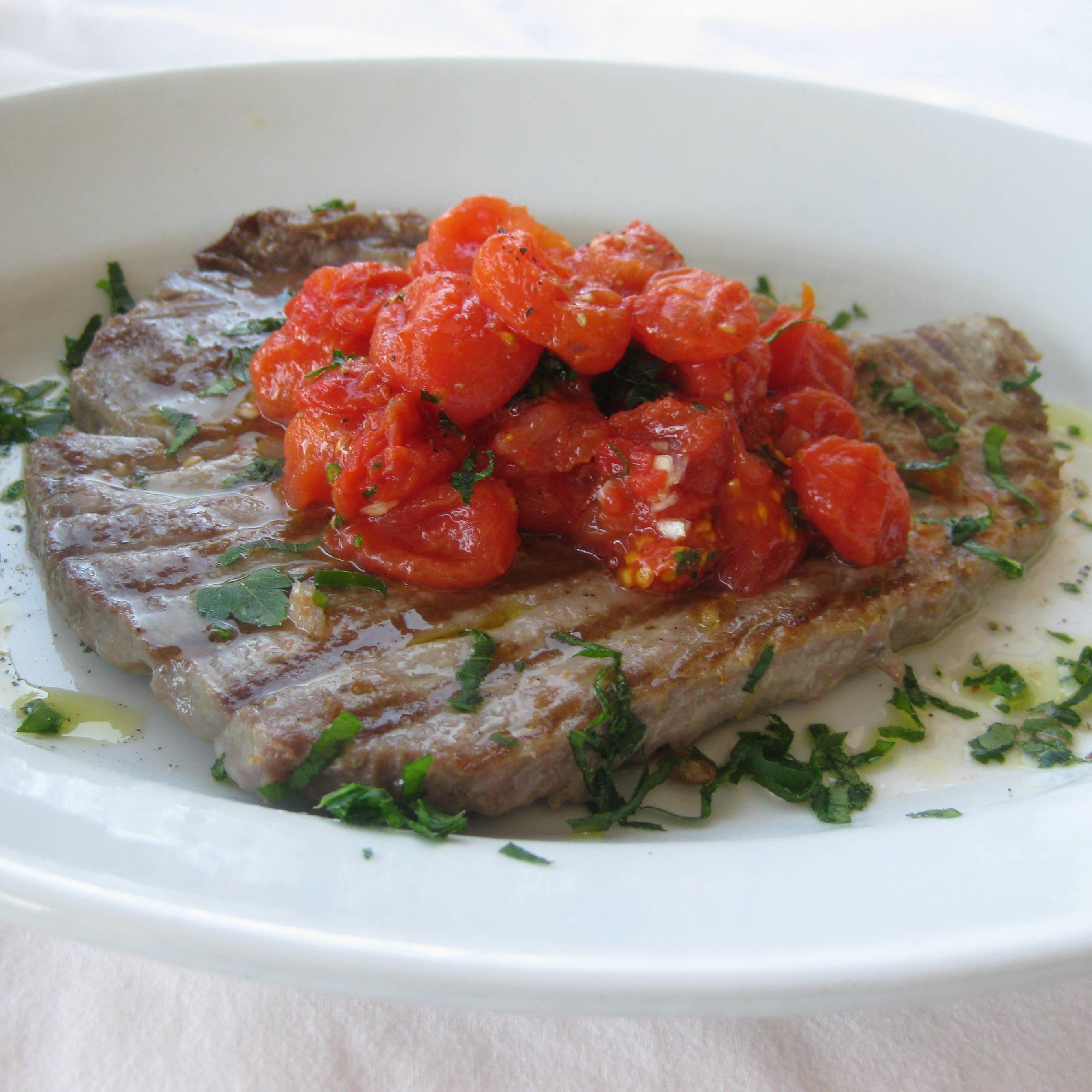 Filetto di tonno alla griglia con salsa di pomodorini marinati