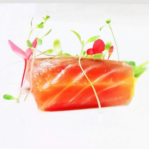 Filetto di salmone con germogli di alfa alfa e fiori