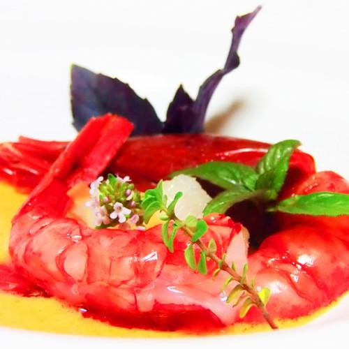 Crudo di Rossi di Mazara con tartare di baccalà, su gazpacho di datterini