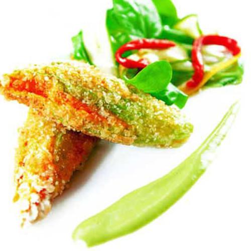 Fiori di zucca in tempura, ripieni di ricciola, con maionese al basilico