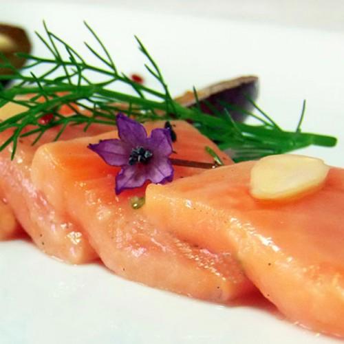 Sashimi di salmone con prugne salate e aceto di umeboshi