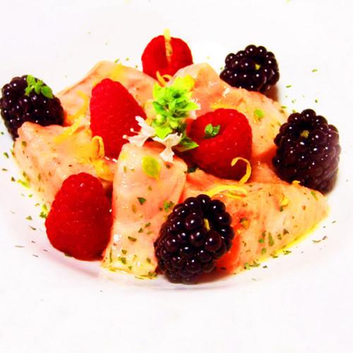 Crudo di salmone con agrumi e frutti di bosco