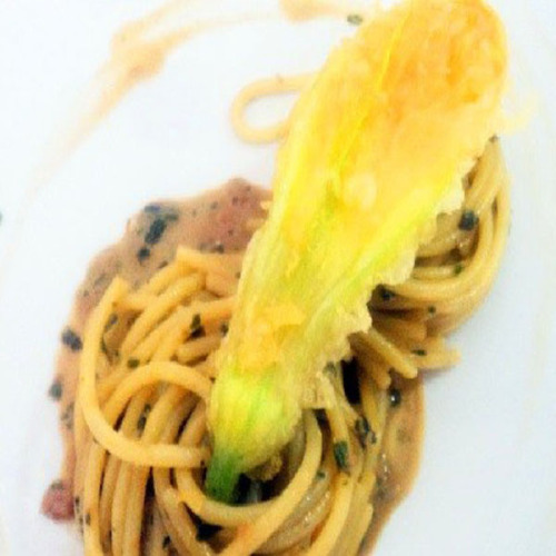 Spaghettoni con pesto di acciughe e fiore di zucca in tempura