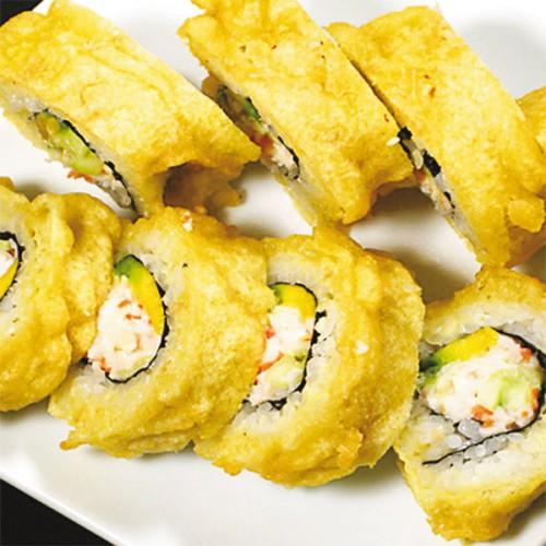 Uramaki sushi con polpa di granchio e avocado, in tempura