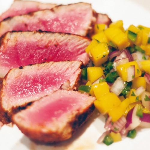 Tataki di tonno, con mango, cipolla rossa e pomodorini verdi